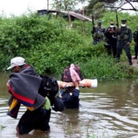 Al menos 500 extranjeros cruzan a diario desde Perú hasta Huaquillas para vacunarse contra la Covid-19